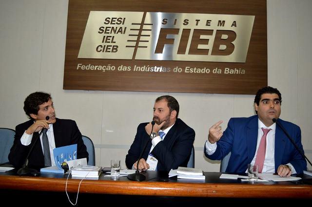 O juiz do Trabalho Danilo Gaspar (à esq.) e os advogados André Pessoa e Gustavo Mazzei