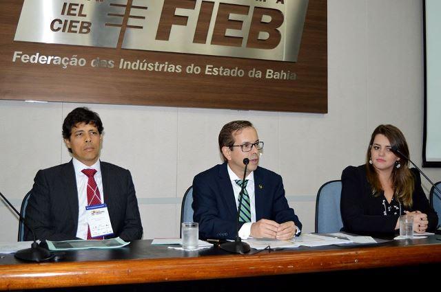 O contador e diretor da Fenacon Ricardo Monello (ao centro), e os advogados Bruno Garrido e Thabata Nadjek